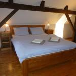 dvojitá postel